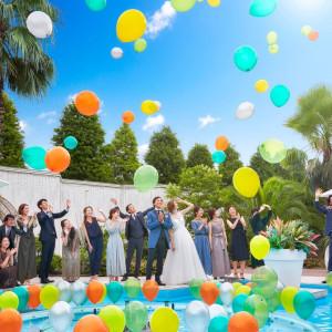 披露宴中に行われるバルーン演出は昼間ならアットホームに、夕方以降なら幻想的に、様々なコンセプトでの演出が可能|NIHO -Dramatic scene wedding-の写真(12303697)