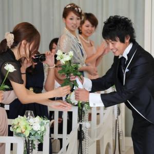 NIHOはチャペル式の他に人前式も可能。その際のダズンローズの演出|NIHO -Dramatic scene wedding-の写真(538335)