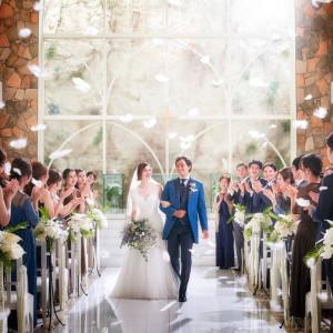 天井高12mから舞い降りる「フェザーシャワー」 自然をテーマにしたチャペルにマッチした 神秘的なお写真映えの大人気演出です♪|NIHO -Dramatic scene wedding-の写真(12302434)