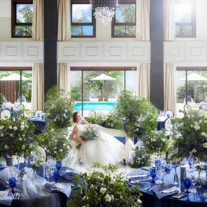 天井5mの大きな披露宴会場は大きな窓もあり、光差し込む明るいテイストに|NIHO -Dramatic scene wedding-の写真(12302592)