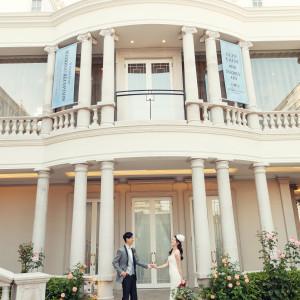 真っ白なっ建物をバックに|Neo Japanesque Wedding 百花籠  - ひゃっかろう -の写真(3009950)