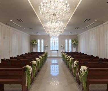 自然光の入るチャペル会場はお二人とゲストを明るく包み込み、アットホームな挙式を演出してくれます。