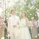 挙式後はゲストと一緒にお庭でフラワーシャワー