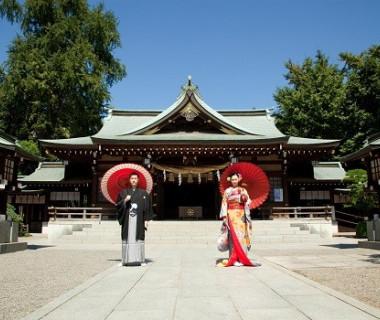 隣接する水前寺公園内出水神社にて
