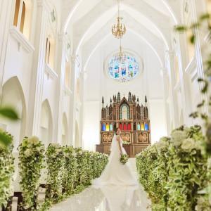 【挙式】オフホワイトのチャペルは温かみがあり、正面にはブラウンの祭壇。ウエディングドレスの映える色調です。|ララシャンスベルアミー 盛岡の写真(3434630)