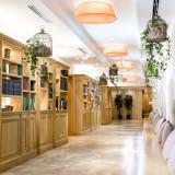長い廊下は撮影スポットっとしても人気!挙式後はこの廊下でゲストに感謝の気持ちを伝えながら、温かいフラワーシャワーの祝福を受けよう