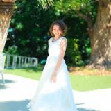 柔らかい自然光がウエディングドレスを引き立てくれます。