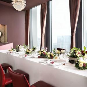 家族だけの会食は個室「MILANO」で。大きな窓一面に東京の絶景が広がります。6~14名様まで着席可能です。|アンティカ・オステリア・デル・ポンテの写真(1526511)