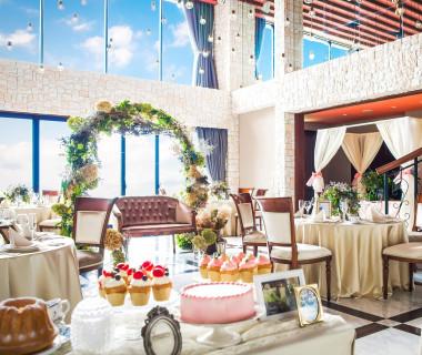 大きな窓から自然光が降り注ぐ開放感あるパーティー会場。そして人気の演出、デザートビュッフェはゲストの心をつかみます。