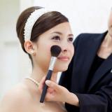 花嫁のメイクは専任のメイクアップアーティストがフルサポート。鏡にうつる自分の姿にきっと胸が躍るはず。
