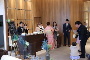 貸切のカフェラウンジで受付|アニヴェルセル みなとみらい横浜の写真(958873)