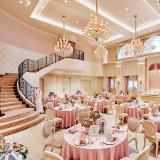 きらめくシャンデリア、会場内の階段が上品な可愛らしさを演出してくれる大人の邸宅。オシャレで可愛い家具と小物が飾られたふたりを輝かせる空間でアットホームな時間を過ごして