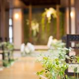 挙式スペースには純白×緑の華が良く似合う。