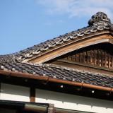 見上げれば創業当時から在り続ける瓦屋根からも歴史を感じる。青空がハレの日に佳く似合う。