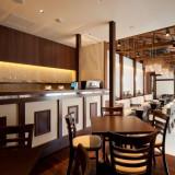 【カフェ】併設するカフェもゲストの方の待合として利用可能。寛ぎのスペースとして。