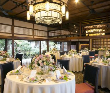 100畳間と呼ばれた大広間からは、どこからでも庭園・四季を楽しみながら披露宴を迎えられる。