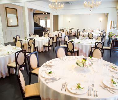 披露宴会場は白×ダークブラウンが基調。甘々な雰囲気も大人シックな雰囲気も、どんなテーブルコーディネートもお二人の自由!