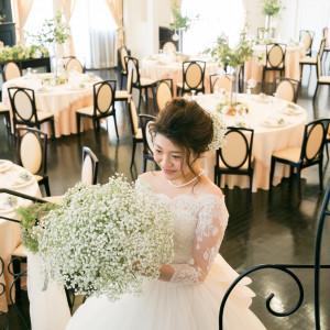 披露宴会場は白×ダークブラウンが基調。甘々な雰囲気も大人シックな雰囲気も、どんなテーブルコーディネートもお二人の自由!|L'Atelier de Fiona(ラトリエ ドゥ フィオナ)の写真(5994972)