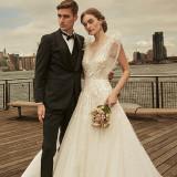 ふたりのロマンティックなウェディングには軽やかさあるドレスで。