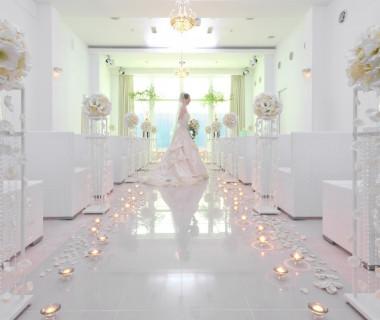真っ白なチャペルに映える白ウェディングドレス
