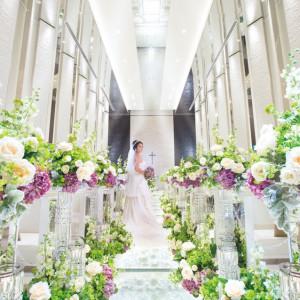 白薔薇が敷き詰められたガラスのバージンロードや祭壇後ろ水が流れ落ちる壁など細部までこだわれた美しい作りに目が奪われる|PLEIAS OTA(プレイアス太田)の写真(876174)