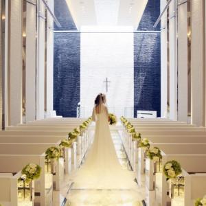ロングトレーンが映えるガラスのバージンロードは14mとエリア最大級!キラキラとひかるバージンロードは花嫁様がより美しく輝きます。|PLEIAS OTA(プレイアス太田)の写真(567480)