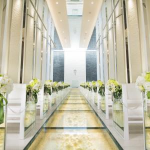 白バラとクリスタルが敷き詰められたガラスのバージンロード。祭壇には水が流れ、おふたりをより美しくみせるこだわりが詰まったチャペル|PLEIAS OTA(プレイアス太田)の写真(2693836)