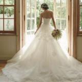 ふんわり広がるスカートラインも花嫁を上品でエレガントに見せてくれます