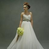 透明感があり、軽やかなチュールのスカートが愛らしく、柔らかで優しい印象ドレス。ふんわり広がるスカートラインも花嫁を上品でエレガントに見せてくれます。