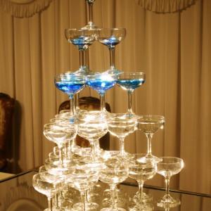 乾杯のセレモニーを引き立てるシャンパンタワー。シャンパンタワーから、新郎新婦の乾杯用のグラスを取り分け、乾杯していただきます。|指宿ベイヒルズ HOTEL&SPAの写真(1375825)