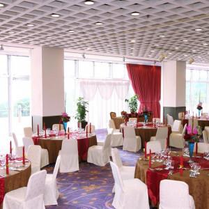 窓の大きな非常に明るい会場です。80名~150名までご利用いただけます。|指宿ベイヒルズ HOTEL&SPAの写真(535851)