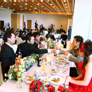 出席者からの祝福を受け、とても楽しい披露宴でした。余興も大変盛り上がっていましたよ。|指宿ベイヒルズ HOTEL&SPAの写真(535909)