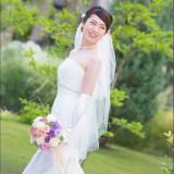 ガーデンの緑に映える純白のドレス