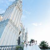 手の届きそうな空の下、温かい祝福と大切な人たちに包まれて向かうガーデンセレモニー。