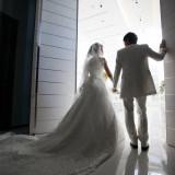 扉の向こうにはお二人を祝福する多くの笑顔が