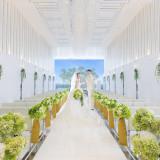 真っ白の挙式会場に空と緑がマッチしてキラキラ輝く素敵な空間。