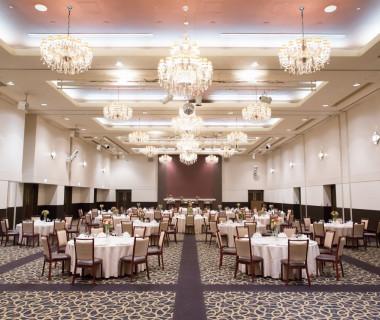 天井の高い披露宴会場は、ゲストもゆっくり寛いで食事ができる空間に。