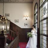 花嫁の憧れポイント「階段」。ステンドグラスが組み込まれた窓から差し込む光が花嫁をよりフォトジェニックに彩ります
