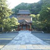 日本三大八幡宮の一つであり、古都鎌倉を代表する名所・鶴岡八幡宮。KOTOWA 鎌倉 鶴ヶ岡会館は、この鶴岡八幡宮に最も近い結婚式場です。