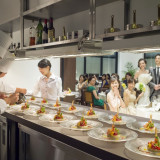 披露宴会場内にはオープンキッチンをご用意。出来立ての料理をそのままお届け致します!