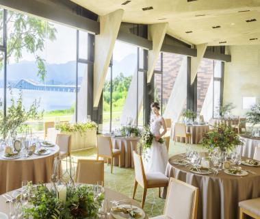 大きな窓越しに湖を望み ガーデンと自由に行き来できるパーティ会場