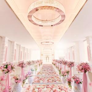 【クリスタルチャペル】花が浮かんでいるような14mのバージンロードは花嫁の憧れ|ラグナヴェール仙台(アンジェリオン オ プラザ仙台と統合)の写真(8228644)