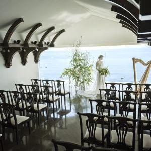 おふたりが真摯に誓いを交わせるように、ゲストの祝福が確かにおふたりに届きますように。教会はつつましい大きさにデザインされてます 葉山ホテル音羽ノ森  別邸の写真(3595346)