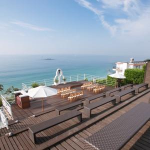 シアター式のゲスト席。ふたりの姿がより海とともに美しく映し出されます 葉山ホテル音羽ノ森  別邸の写真(3622979)