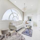 大切な1日を過ごす空間だからこそ、おふたりが心からくつろげる お部屋を選んでほしい…そんな想いから、内装の異なる3タイプのお部屋をご用意。シックな家具がそろう大人の空間。