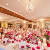 会場のお花やクロスをピンクにすると、豪華の中にも可愛らしいテイストの会場にコーディネート出来ます♪