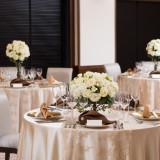 上質で優雅な雰囲気を醸し出す会場コーディネートは大人花嫁に。アンティークなレースも会場にぴったり