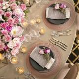 キュートなピンク色のお花に、あえてブラックのプレート。ふたりらしい組み合わせに遊び心を