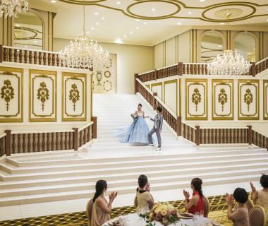 【一目ボレ率No.1の大階段】お色直しの再入場も、こんなにドラマティックに!プリンセス気分を味わえる♪
