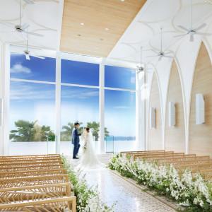 【教会式・人前式・神前式に対応可能】全面ガラス張りで外光が降り注ぐ明るいチャペルで誓いを交わそう|BIANCARA MARINA TERRACEの写真(3043417)